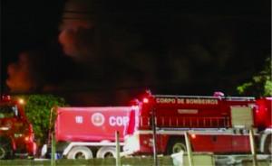 O fogo pode ter começado a partir de um curto circuito em uma empilhadeira elétrica e rapidamente se alastrou destruindo todo o galpão Jutaí em uma área total de 1.600 m².