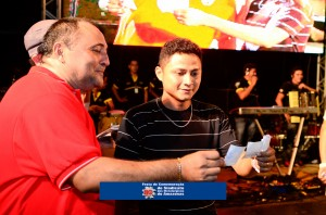 O presidente Valdemir Santana confere o bilhete que sorteou o carro 0Km