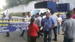 Dirigentes sindicais falam com trabalhadores da Midea Carrier